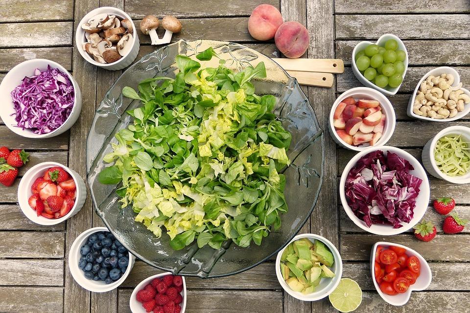 שולחן עם פירות וירקות חתוכים