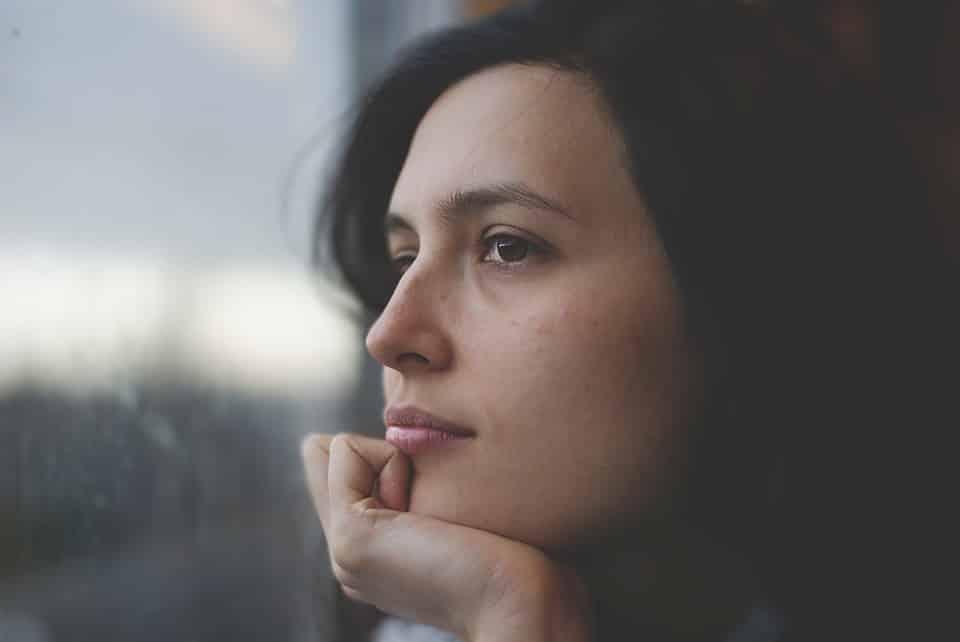 תמונה של אישה שמגיעה למסקנות על אדרל ונשירת שיער