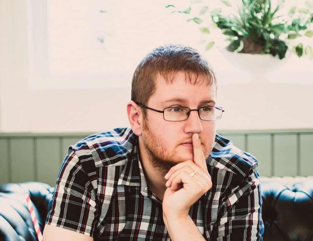 גבר צעיר מסכם בראש מידע על שחזור קו שיער