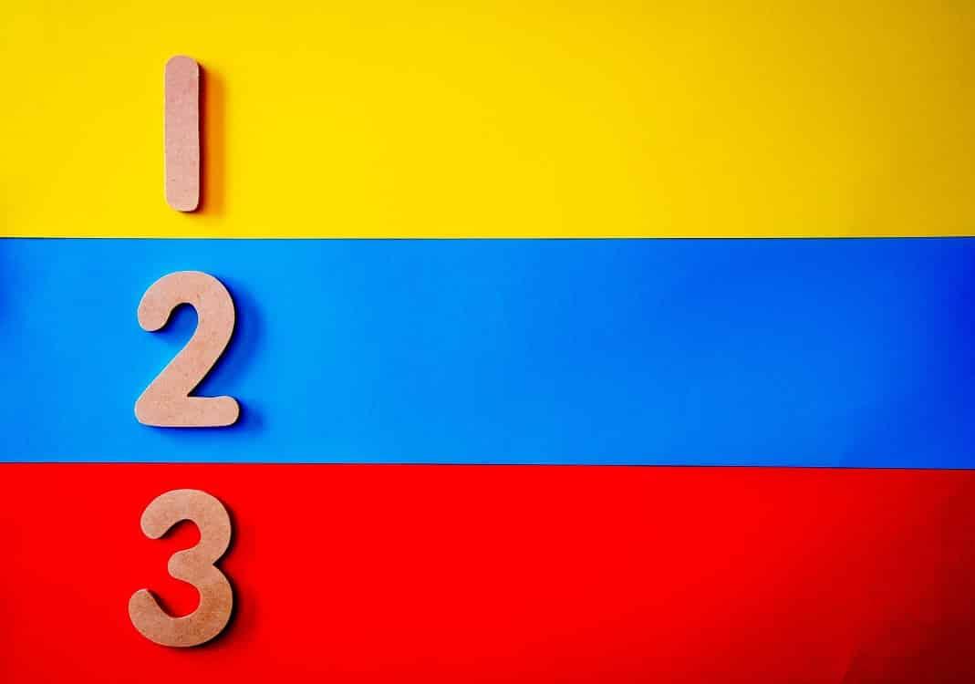 המספרים 1 2 ו3 על רקע של צהוב כחול ואדום