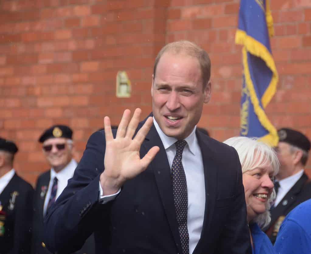 הנסיך וויליאם מנופף לשלום עם היד