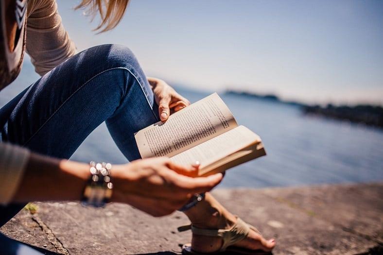 בחורה קוראת ספר וחוקרת על נושא מסוים