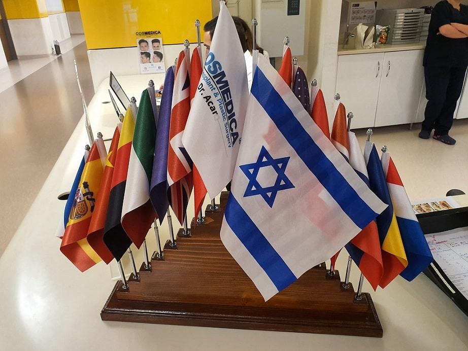 דגל ישראל על השולחן בקליניקה של דר אקאר