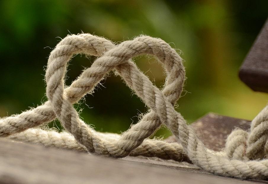 חבל קשור בצורת לב