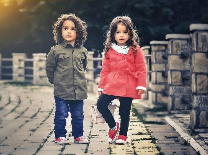 שני ילדים מתחת לגיל 10 עומדים על דרך לבנים