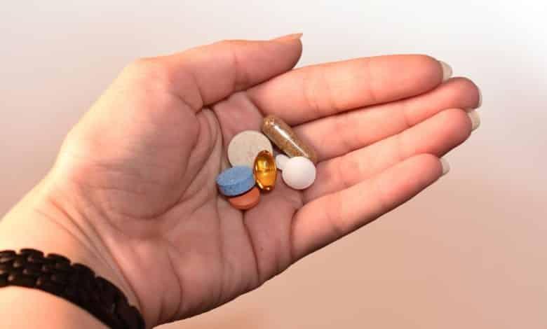 ויטמינים חוסמי DHT בתוך כף יד