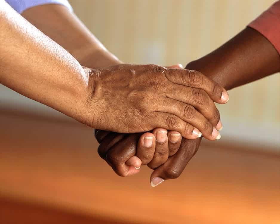 יד של מטפל מחזיקה ומנחמת יד של מטופל