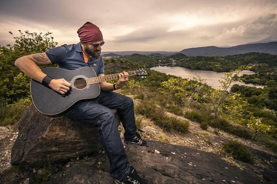 גבר קרח מנגן בגיטרה בטבע