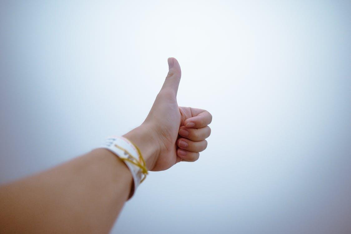 יד שעושה סימן של הכל מעולה עם האגודל