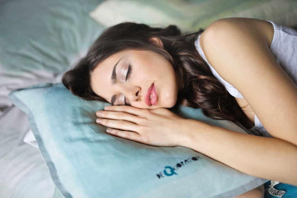 בחורה ישנה על כרית שינה איכותית
