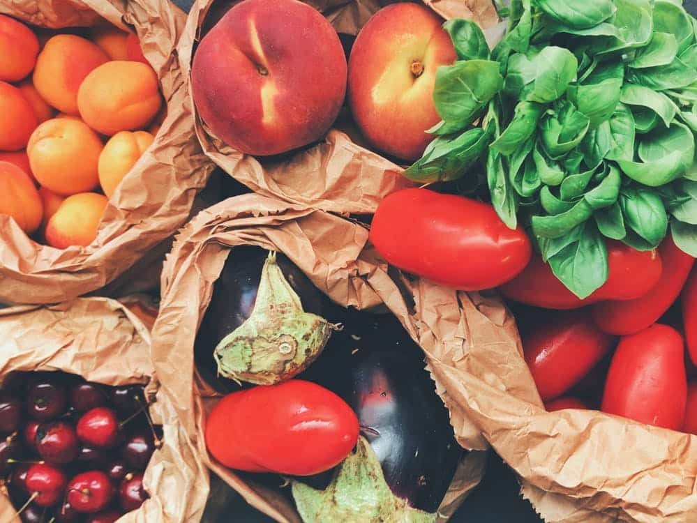 ירקות ופירות בתוך שקיות של קניות