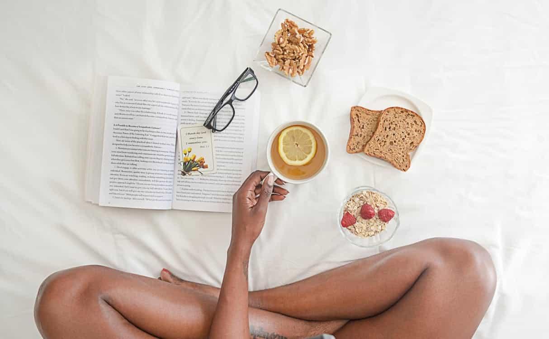 מזונות שעוזרים לשינה על מיטה