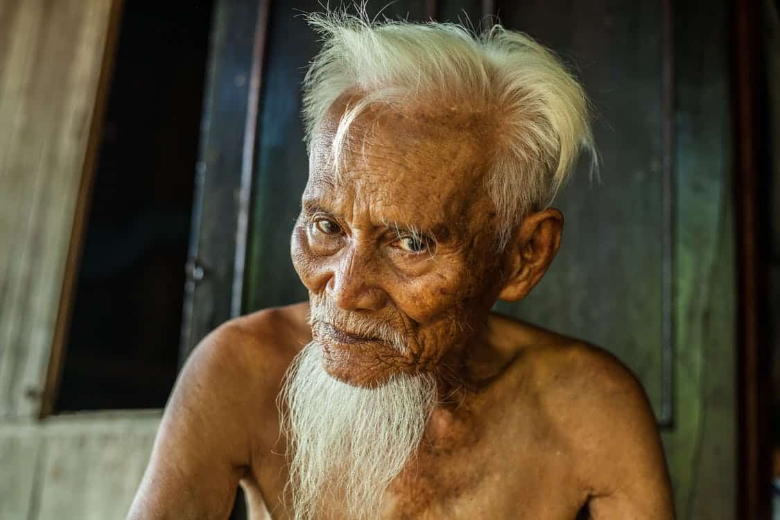 גבר סיני מבוגר עם שיער וזקן אפורים