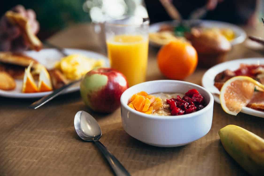 מזון איכותי לשיער בריא על שולחן בקערה ובכוס